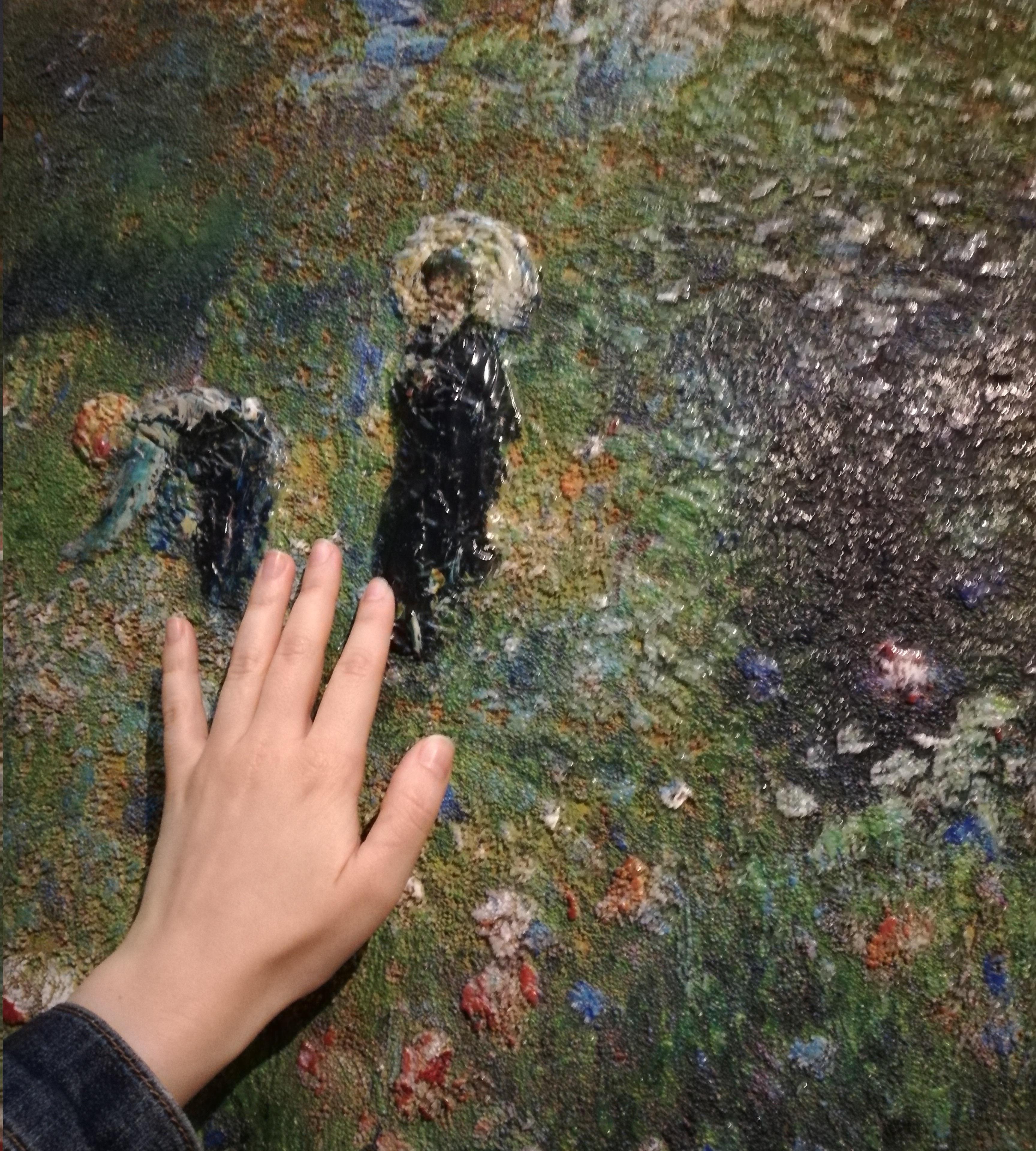 Reproducción táctil del cuadro de Renoir. La mujer con la sombrilla en el jardín