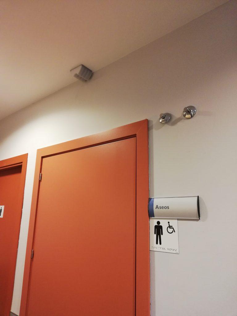 Baliza para llamada de emergencia en puerta exterior del aseo