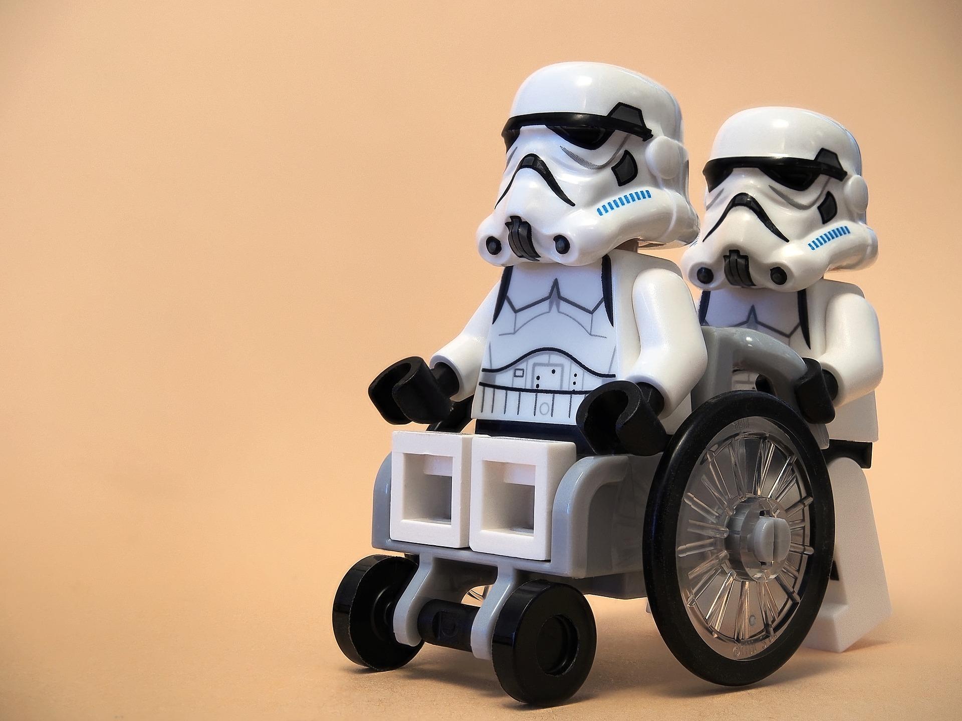 Muñeco Lego de soldados de Star Wars en silla de ruedas